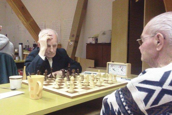 Najstarší šachista a dlhoročný kolportér našich novín (vľavo) si ťažkú hlavu z prehry nerobil.