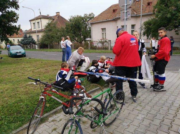 Evakuovaní mladí hokejisti aj obyvatelia z blízkych domov postávali pred štadiónom.