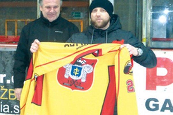 Peter Hurtaj (vpravo) si z rúk riaditeľa klubu Miloslava Minárika prevzal dres.