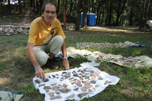 Organizátor tábora Július Bruna pri nájdených fragmentoch.