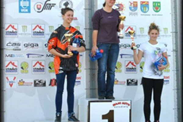 Poradie zpretekov: 1. ZGaherová (v strede), 2. K. Juričková (vľavo), 3. K. Hostinská (vpravo).