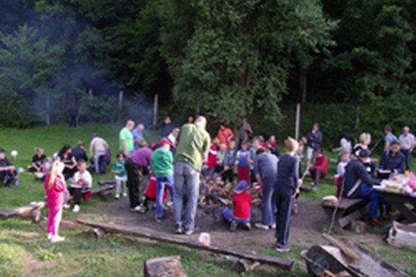 Hokejové talenty zakončili tábor v Tesároch spoločnou opekačkou s rodičmi.
