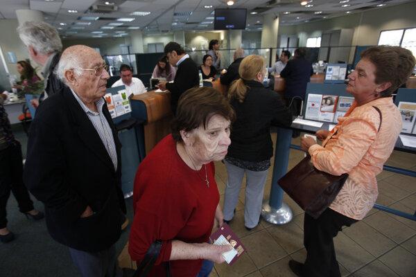 Ľudia v pobočke banky  Bank of Cyprus