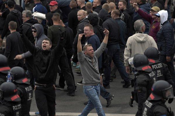 Vlna nepokojov sa zdvihla v súvislosti s augustovou vraždou Daniela Hilliga, z ktorej vinia dvoch migrantov.