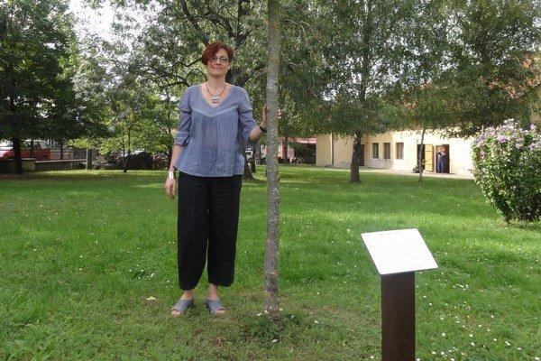 Alexandra Lukáčová pri jednom zo stromov vparku. Vyhotovenie náučného chodníka stálo iba 300 eur, keďže veľa prác si múzeum zabezpečilo svojpomocne.