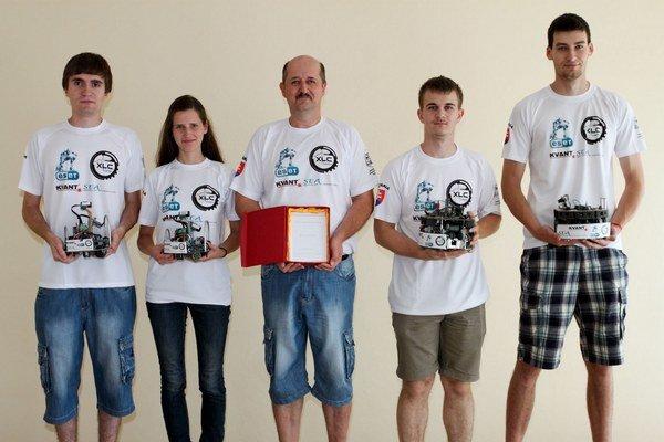 Čínska zostava robotických tímov stitulom majstra sveta – zľava Martin Faltus, Michaela Gažiová, Rastislav Gaži, Jakub Krošlák aAdrián Matejov.
