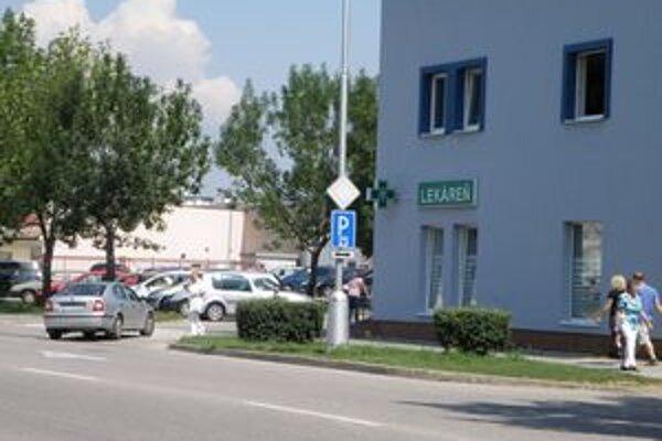 Vodiči sa už pri poliklinike nemusia báť parkovať.