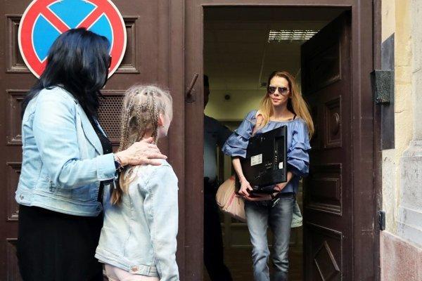 Eva Varholíková Rezešová pri prepustení z väzenia v utorok.