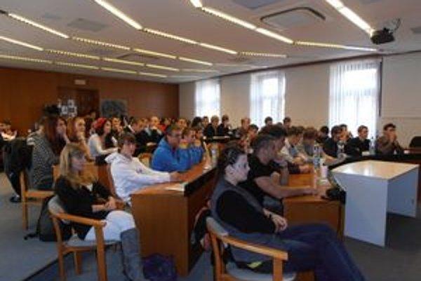 Diskusie sa zúčastnili žiaci Gymnázia Topoľčany a Obchodnej akadémie.