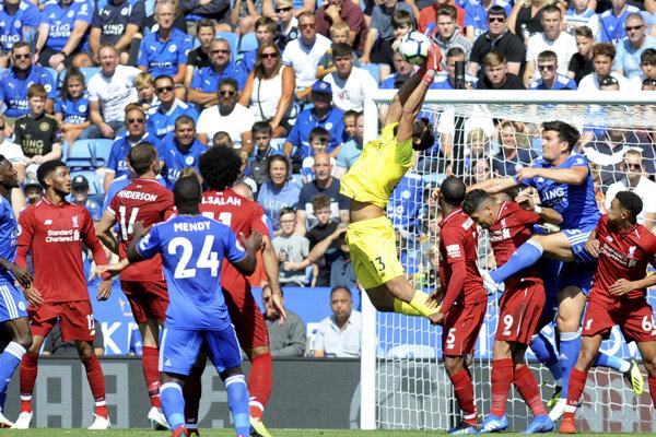 Brankár Liverpoolu Alisson zasahuje počas zápasu proti Leicesteru City.