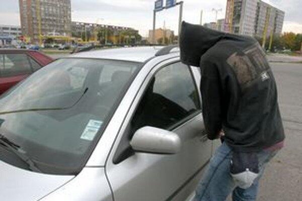 Zlodeji si auto pred krádežou často vytipujú.