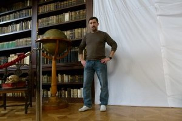 Peter Králik venuje knižnici všetok svoj čas.