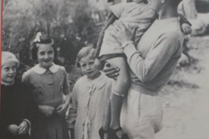 Karol Pajer so skupinkou mladších detí.