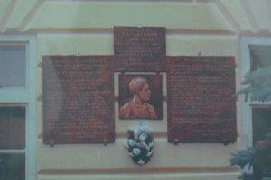 Pamätná tabuľa na Obecnom úrade v Klenovci bola odhalená 24. júna 2000.