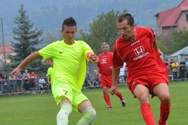 Víťazný gól šlágra víkendu strelil L. Zelienka (vľavo).