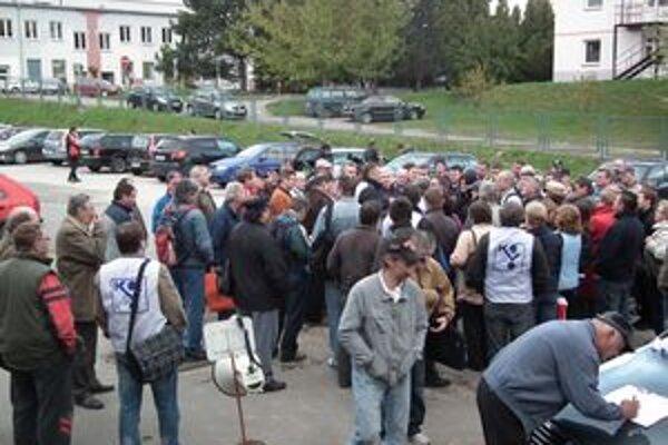Štrajkujú. Súhlas so štrajkom v utorok ráno vyjadrilo viac ako sto zamestnancov.