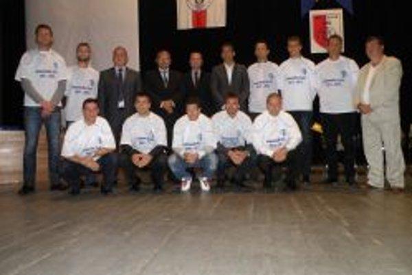 Jedenástka roka: zľava hore Peter Hodulík, Lukáš Zelenický, Pavol Šípoš (predseda ObFZ Topoľčany), Peter Baláž (primátor Topoľčian), Ladislav Gádoši (predseda ZsFZ), Khalil Belmechri (predseda Piešťan, prevzal cenu za neprítomného Ľubomíra Urgelu), Franti