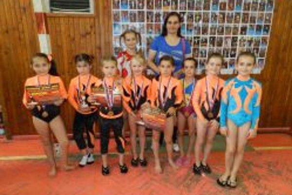 Gymnastky z Topoľčian (zľava hore): P. Kmotorková, V. Kmotorková (trénerka). Zľava dole: A. Krátka, V. Hulová, D.  Trenčanská, E. Cápayová, B. Honzová, L. Kostolanská, N. Adamčíková, K. Kostolanská.