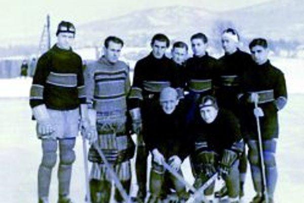 Mužstvo AC Juventus Topoľčany pred zápasom v Nitre v roku 1938.