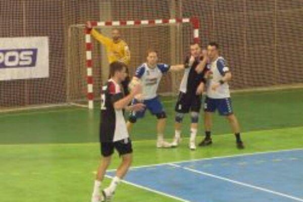 Topoľčianski hádzanári majú na konte prvé dva body.
