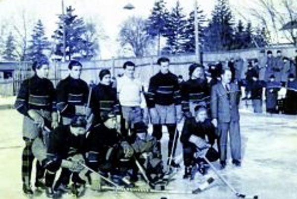 Záber zo zápasu v roku 1934. V Topoľčanoch prehral Juventus Topoľčany so Zlatými Moravcami 0:2. V tmavých dresoch Bartek, Strihavka, Antalík, Činčura a Janiska.