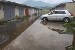 Voda bola počas dažďa ešte vyššie.