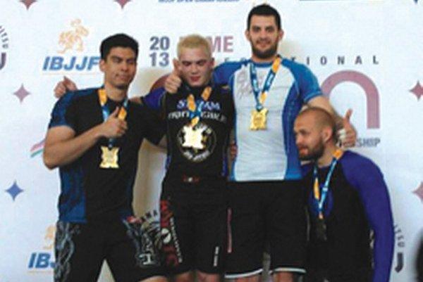 Róbert Matušík (tretí zľava) si z Ríma doviezol cennú bronzovú medailu.