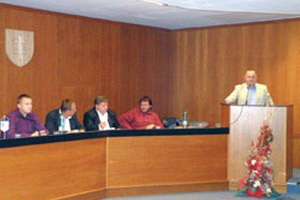 Mimoriadna konferencia sa konala v piatok v zasadačke mestského úradu.