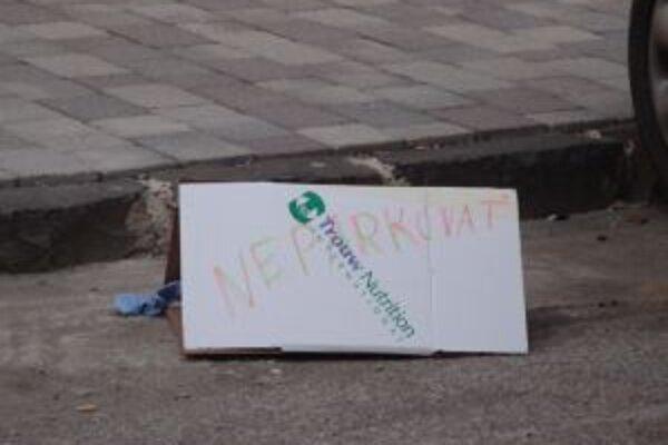Nový nápad, ktorý funguje a odstrašuje parkovaniechtivých. Škatuľa s nápisom neparkovať.
