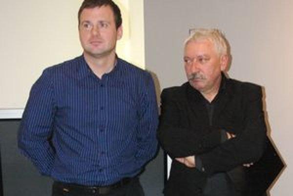Branislav Kristín (vľavo) vystavuje v MG Art galérii po prvý raz. Jeho dielo priblížil kurátor Milan Mazúr.