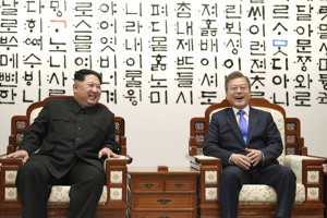 Severokórejský vodca Kim Čong-un (vľavo) a juhokórejský prezident Mun Če-in.