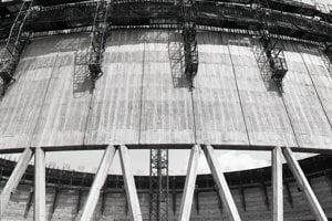 13. august 1985.  Pracovníci Armabetónu Praha zabezpečujú výstavbu 127 m vysokých chladiacich veží. Na prvej veži robia už jej oplášťovanie.