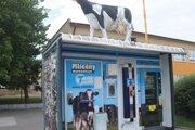 Zlodej vypáčil aj zásobník na hotovosť na mliekomate.