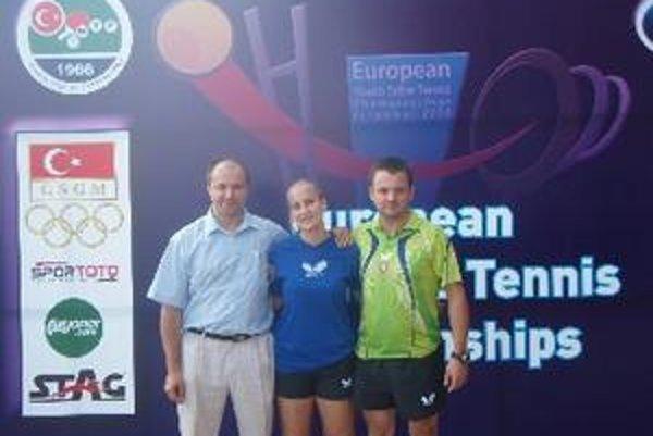 Na MEJ v stolnom tenise v Turecku reprezentovali Slovensko traja Topoľčanci. Zľava rozhodca ITTF Matúš Bajzík, hráčka Barbora Balážová a tréner SR junioriek Dušan Michalka.