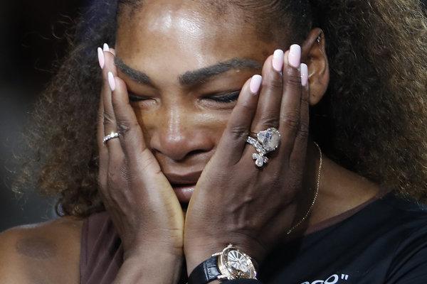 Serena Williamsová plače po finálovej prehre.