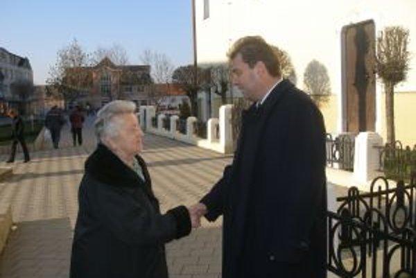 Nový primátor Bánoviec prijímal minulý týždeň veľa gratulácií na ulici.