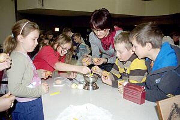 Deti si vyskúšali maľovanie vajíčok rôznymi technikami.