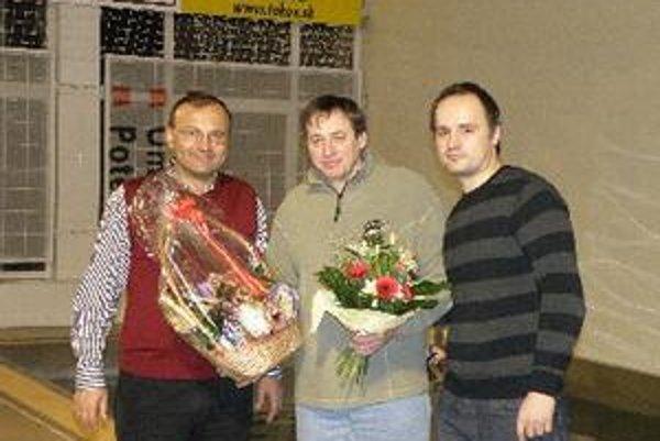 Zľava primátor Topoľčian Peter Baláž, oslávenec Štefan Kmeťo a predseda vodného póla Tomáš Dolný.