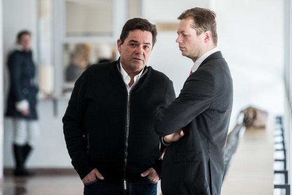 Marian Kočner ešte na súde s Pavlom Ruskom a televíziou Markíza o zaplatenie zmeniek, ktoré sú podľa polície falošné. Vpravo je advokát Andrej Šabík, ktorý zastupuje jeho firmy v zmenkovom spore a zároveň je obvinený z porušovania povinností pri správe cudzieho majetku pri tunelovaní firmy Technopol Servis.