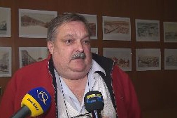 Občanov, ktorí nesúhlasia so zvýšením poplatkov za opatrovateľskú službu zastupoval Jaroslav Ruman.