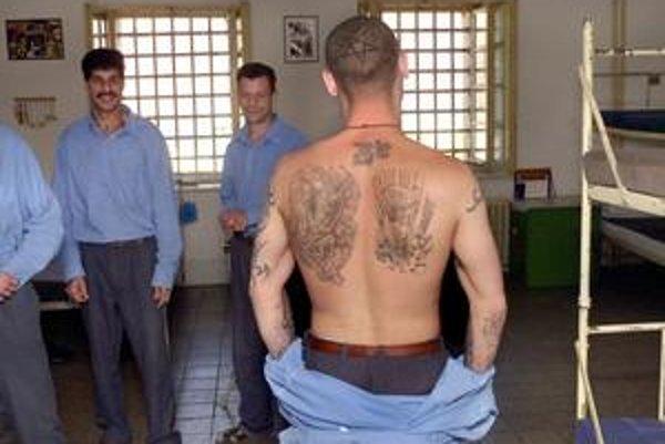 V Ilave sedia aj odsúdenci s najprísnejšími trestami, tí z voľnejšieho režimu fotografom ukázali tetovania.