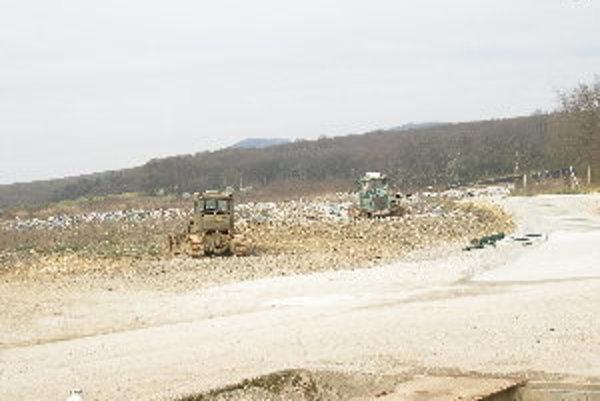 Buldozéry začnú zhŕňať odpad po viac ako ročnej prestávke.
