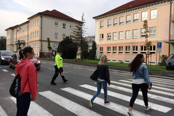 Na bezpečnosť detí dozerajú v blízkosti škôl policajti.