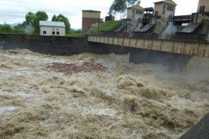 Voda z nádrže v Krpeľanoch sa musela vypúšťať.