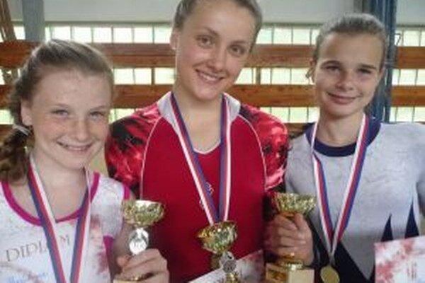Bronzové gymnastky Aneta Pavlíková a Lenka Buchalová (zľava) a najúspešnejšia turčianska gymnastka Vanessa Schneiderová po pretekoch v Handlovej.