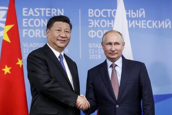 Prezidenti Číny a Ruska Si Ťin-pching a Vladimir Putin počas rozhovorov na ekonomickom fóre vo Vladivostoku.