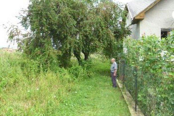 K. Murín sa sám chopil roboty a pokosil susedov pozemok popri svojom plote.