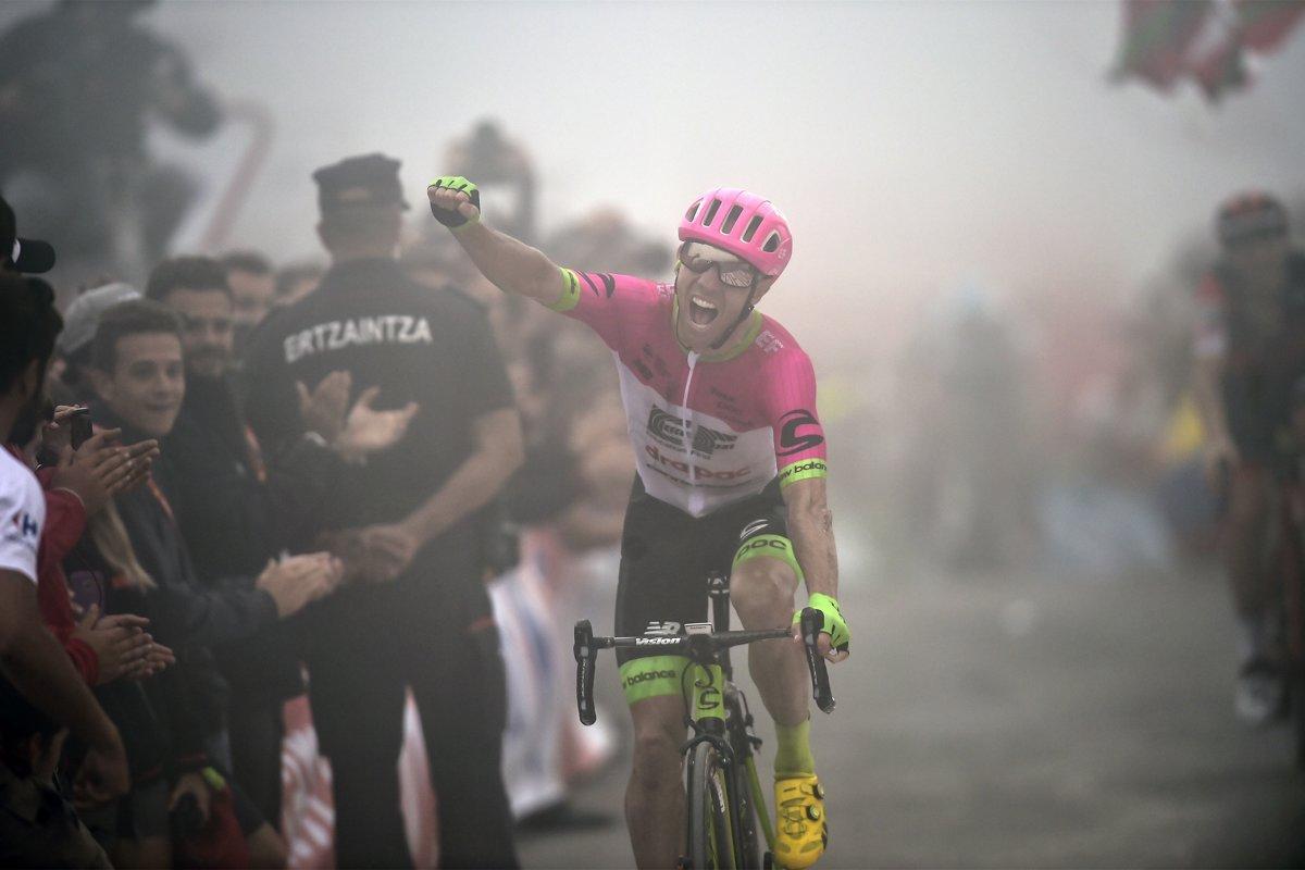 6a03af4bb050d Michael Woods sa raduje z víťazstva v 17. etape na Vuelta a Espaňa 2018.