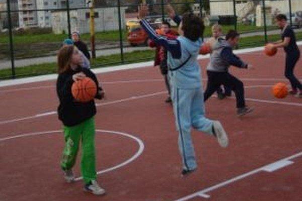 Deťom sa na ihrisku páči.