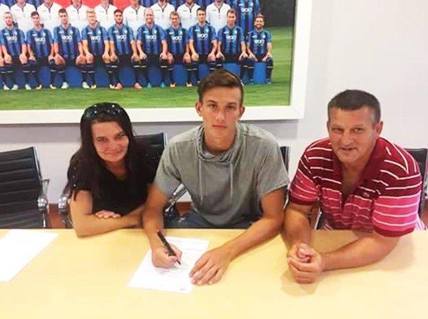 Matúš Repa pri podpise prestupu s rodičmi.